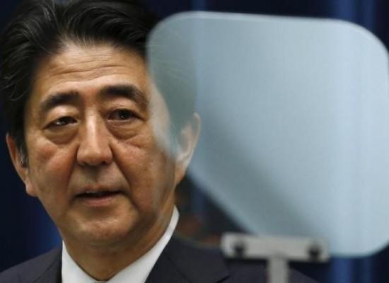 8月12日、安倍晋三内閣の支持率低下に対し、日本株は逆行して上昇してきた。その背景には支持率が下がれば、財政出動など政策を打ち出すとの期待がある。都内で5月撮影(2015年 ロイター/Toru Hanai)